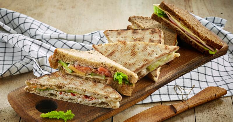 Sandwich suédois au saumon et à la sauce yaourt