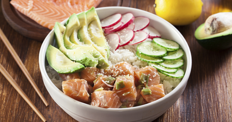 Poke bowl au saumon mariné au miel et au soja