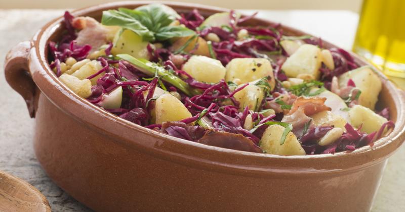 Salade de pommes de terre au chou rouge et sauce au curcuma et tahini