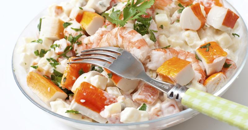 Salade de pommes de terre au surimi et aux crevettes