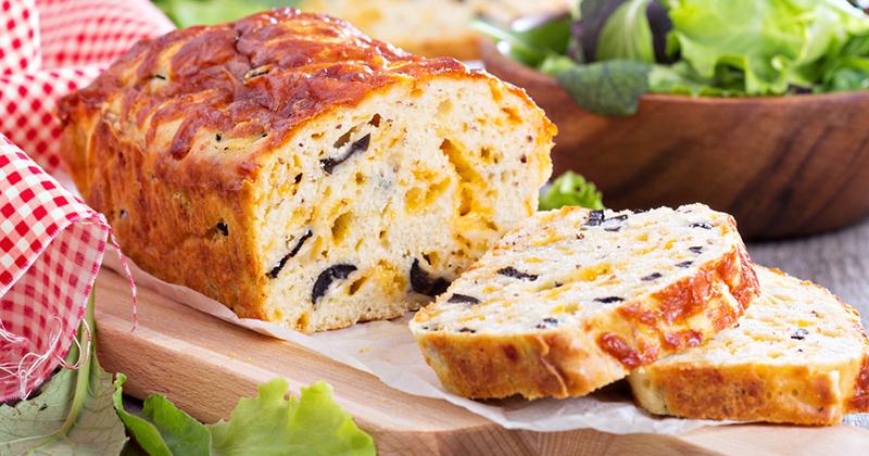 Cake au thon à l'emmental et aux olives noires