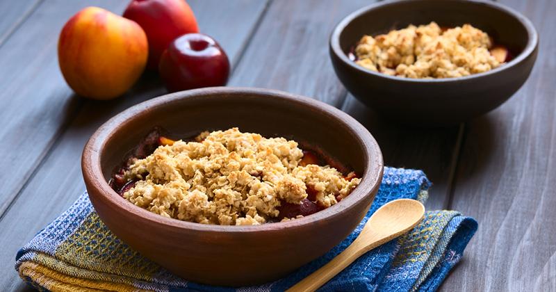 Crumble aux nectarines, prunes, amandes et noisettes Recette