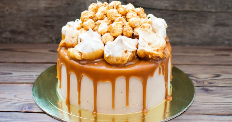 cheesecake chocolat blanc avec meringues et pop-corn au caramel