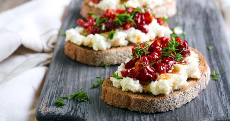 toasts ricotta et tomates séchées au paprika