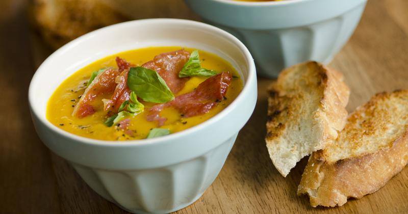 Sopa de melón con albahaca y jamón seco, ¡ideal para un entrante ligero!