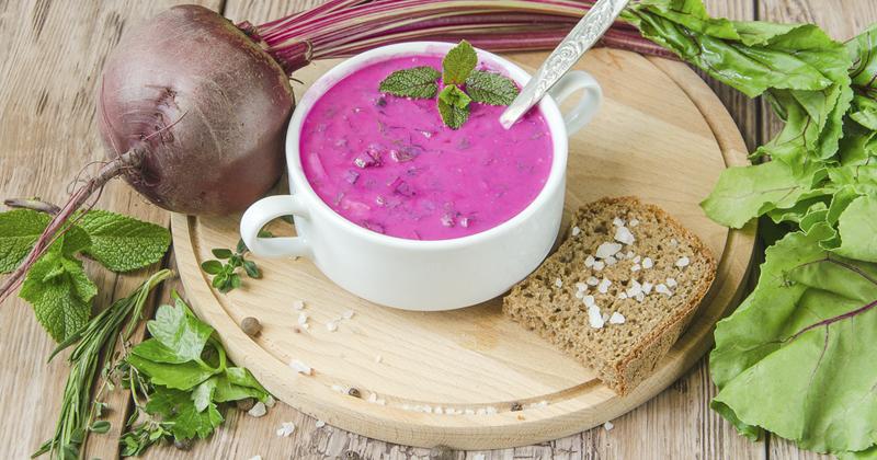 Soupe froide aux betteraves, concombres et pesto aux épinards