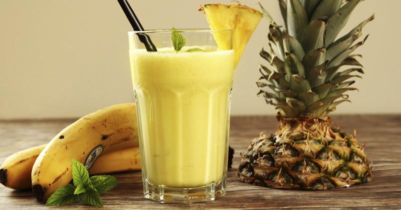 Smoothie à l'ananas, banane et citron vert