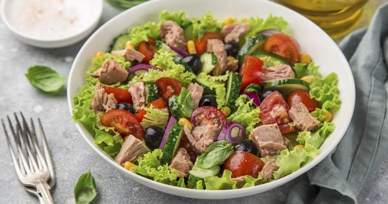 Salade healthy de thon, tomates et maïs