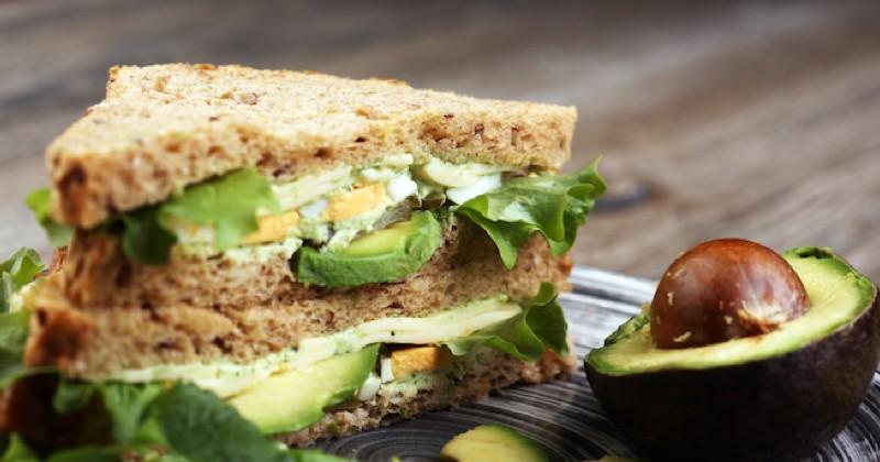 sandwich à l'avocat et à l'oeuf poché