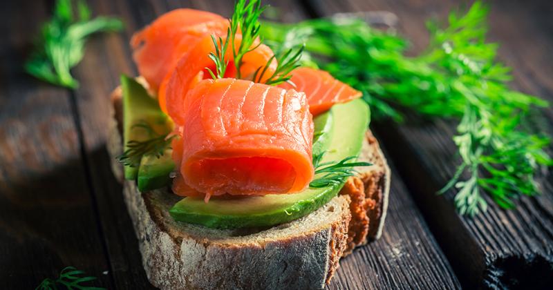 Toasts à l'avocat et au saumon