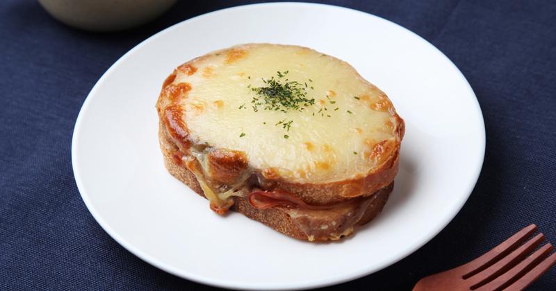Sándwich tostado con pesto y mozzarella